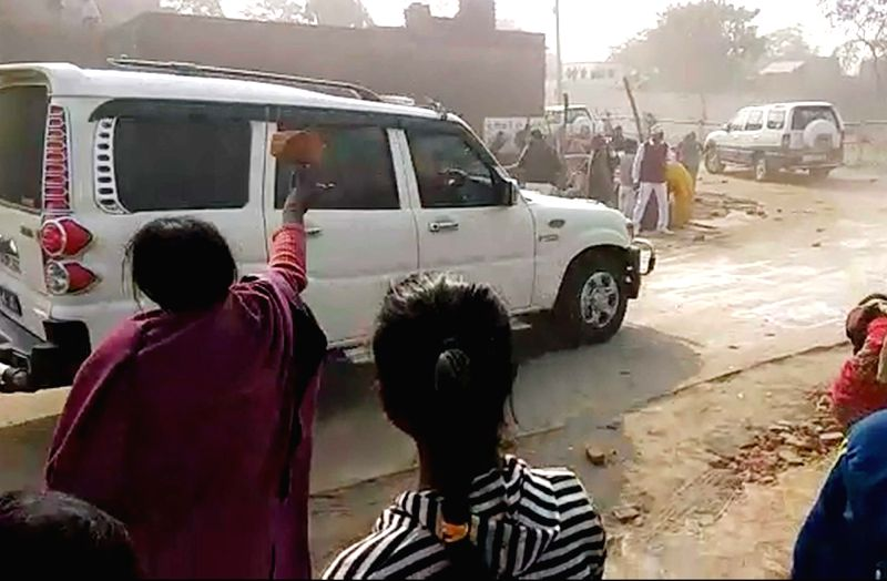 Villagers attack Bihar CM's convoy, dozen securitymen injured - Nitish Kumar