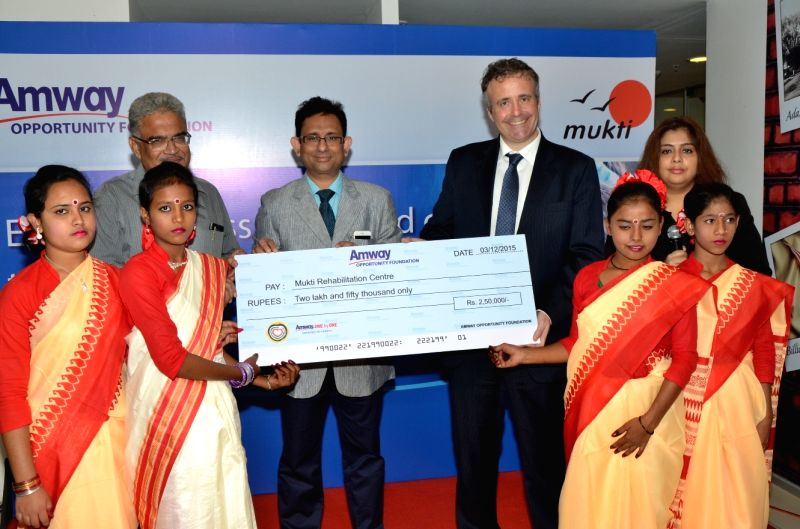 US Consul General Cory D. Wilcox and Amway India (East) Vice President Diptarag Bhattacharjee during a programme in Kolkata on Dec 3, 2015.