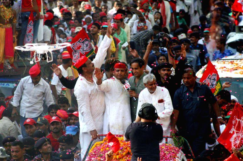 Uttar Pradesh Chief Minister Akhilesh Yadav with Samajwadi Party candidate Kailash Prasad Chaurasia during a road show in Varanasi on May 10, 2014.