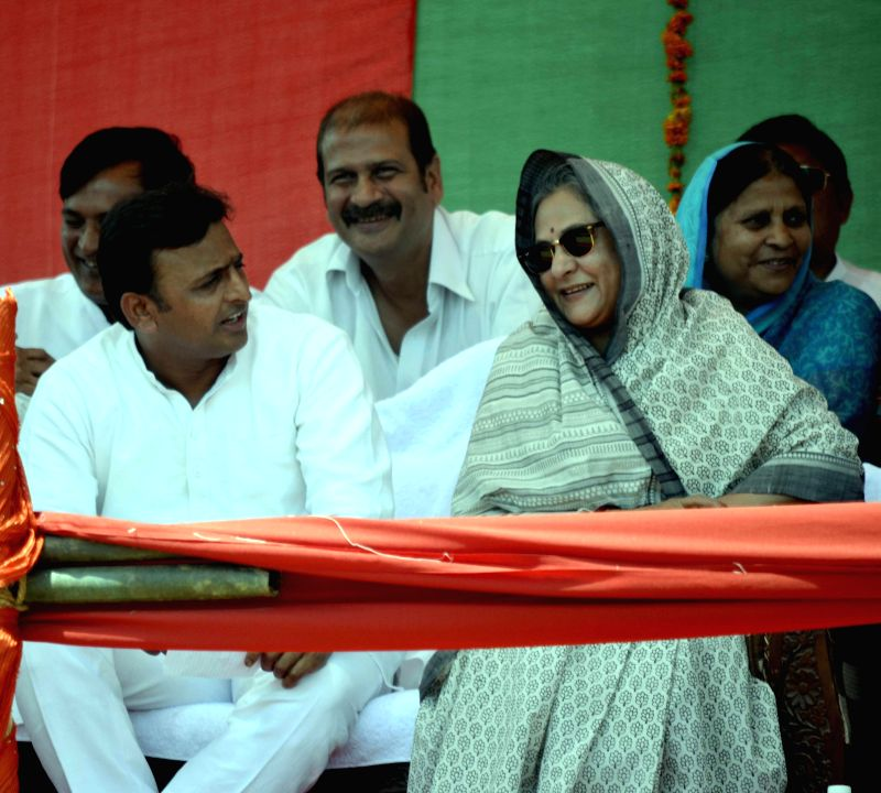 Uttar Pradesh Chief Minister and Samajwadi Party leader Akhilesh Yadav and actor - parliamentarian Jaya Bachchan during a rally in Agra on April 20, 2014.