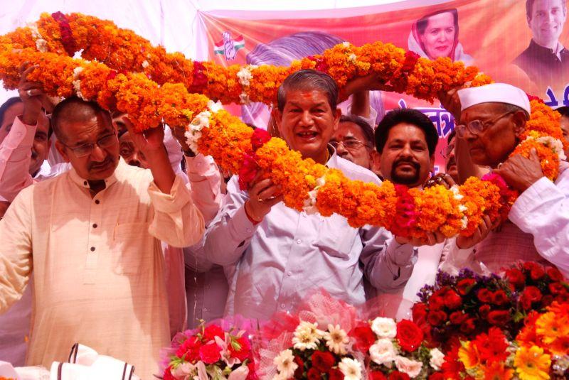 Uttarakhand Chief Minister Harish Rawat being welcomed by Congress workers at Rajeev Bhawan in Dehradun on May 14, 2016. - Harish Rawat