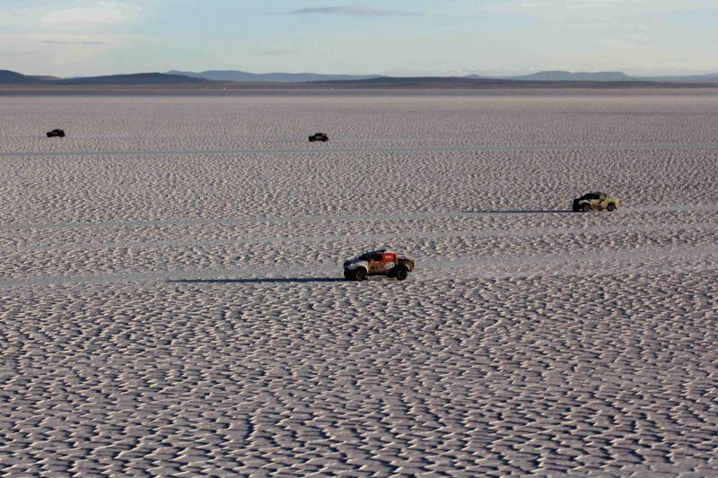 Participants compete during the eighth stage of the Rally Dakar 2015 in the Salar de Uyuni, in Uyuni, Bolivia, on Jan. 11, 2015. (Xinhua/Jose Lirauze/ABI)