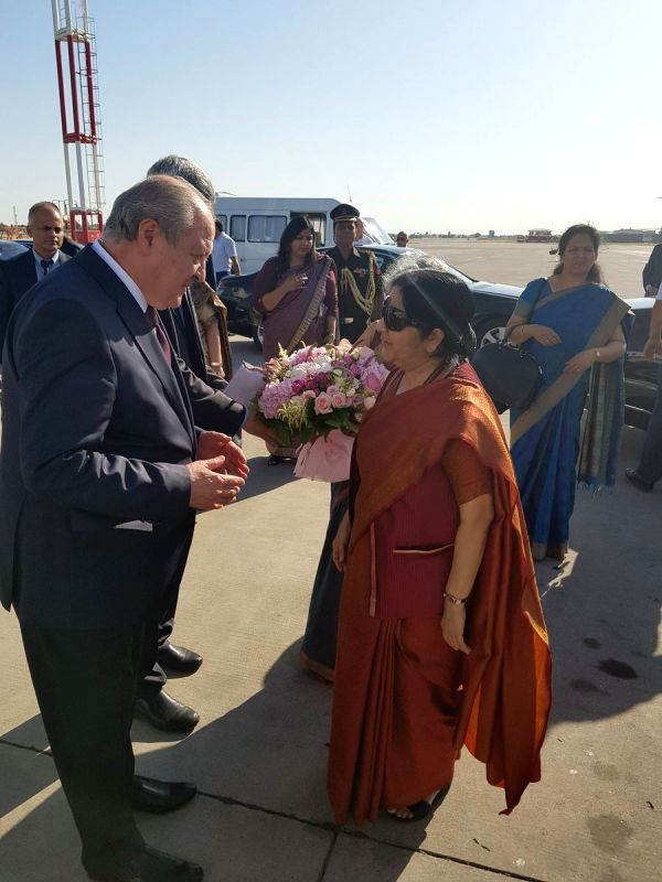 Uzbek Foreign Minister Kamilov sees off External Affairs Minister Sushma Swaraj as she departs from Tashkent after successful completion of her state visit to Uzbekistan, on Aug 5, 2018. - Kamilov and Sushma Swaraj