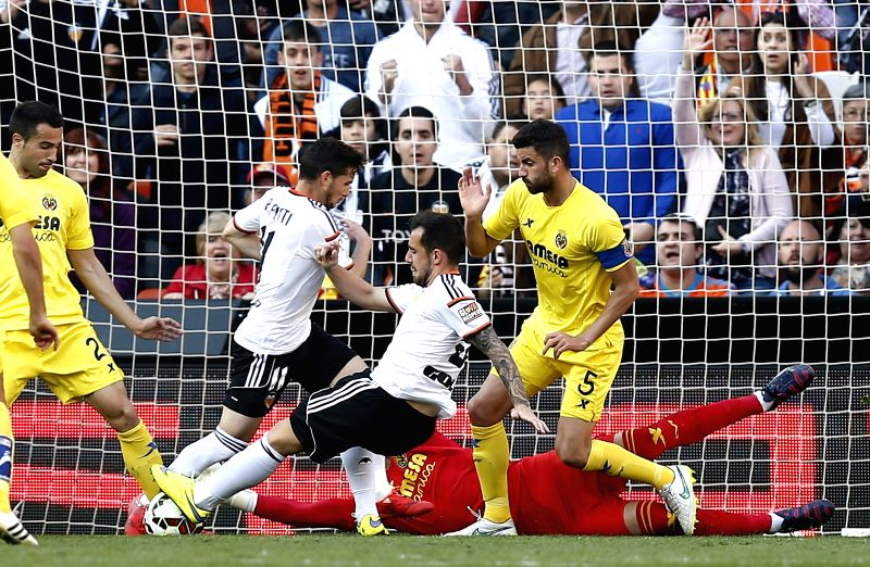 Valencia CF's striker Paco Alcacer (2-R) duels for the ball with Villarreal's goalkeeper Sergio Asenjo (down) during the Spanish Liga Primera Division soccer match played at Mestalla ...