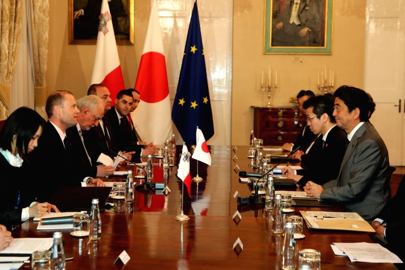 VALLETTA, May 27, 2017 - Japanese Prime Minister Shinzo Abe (1st R) meets with Malta's Prime Minister Joseph Muscat (2nd L) in Valletta, capital of Malta, on May 27, 2017. An EU-Japan trade agreement ... - Shinzo Abe