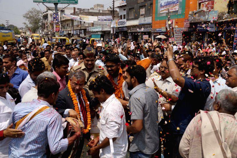 BHU students along with varasity Vice Chancellor Girish Chandra Tripathi celebrate Bharat Ratna to freedom fighter Madan Mohan Malviya in Varanasi, on March 31, 2015.
