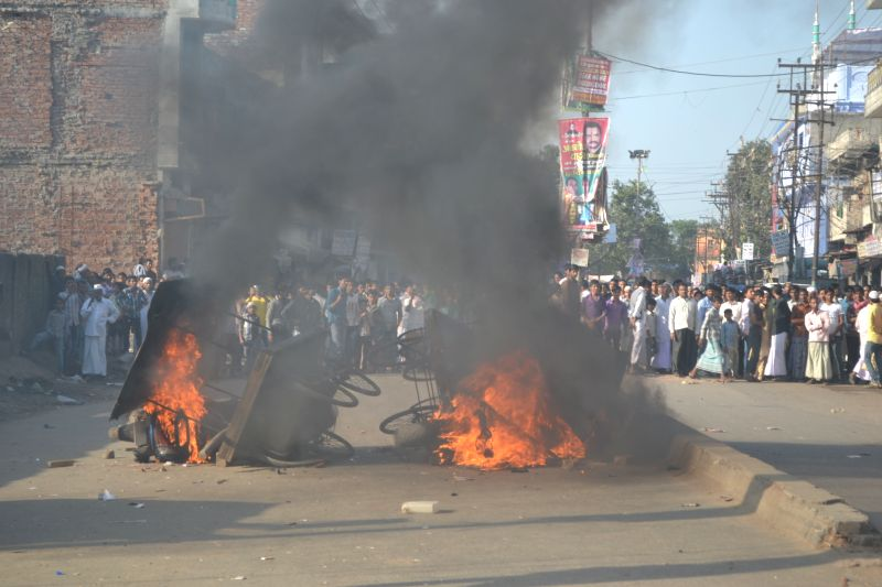 People set ablaze vehicles after death of a student in Varanasi on March 22, 2015. ( PHOTO : IANS )