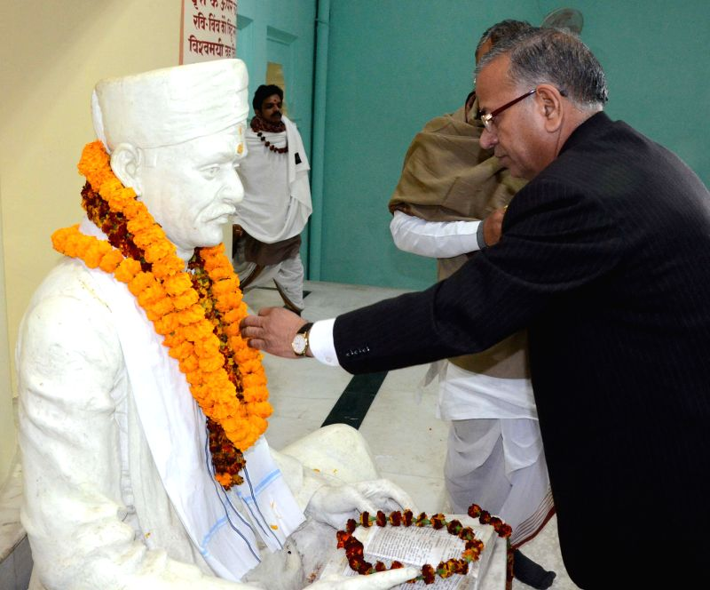 The vice-chancellor (VC) of Banaras Hindu University (BHU) garlands a statue of freedom fighter Madan Mohan Malaviya, who will be awarded the Bharat Ratna in Varanasi, on Dec 24, 2014.