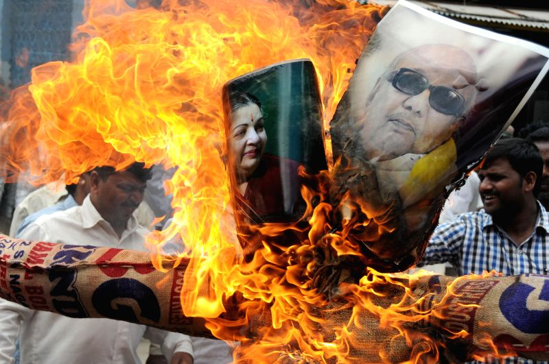 Various Kannada organizations led by Former MLA Vatal Nagaraj burning the photos of Tamil Nadu CM Jayalalita and Former CM M Karunanidhi for their demand on Constitution of Cauvery Management Board ..