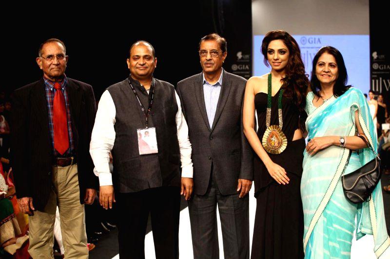 Vasant Mehta (chairman IIGJ Mumbai) (grey suit), Mr Pramod Derewala (Chairman Derewala and IIGJ Jaipur) (with badge) , Col. SK Arora ( head of institute - IIGJ Mumbai) , Namita Pandya (convenor IIGJ . - Vasant Mehta