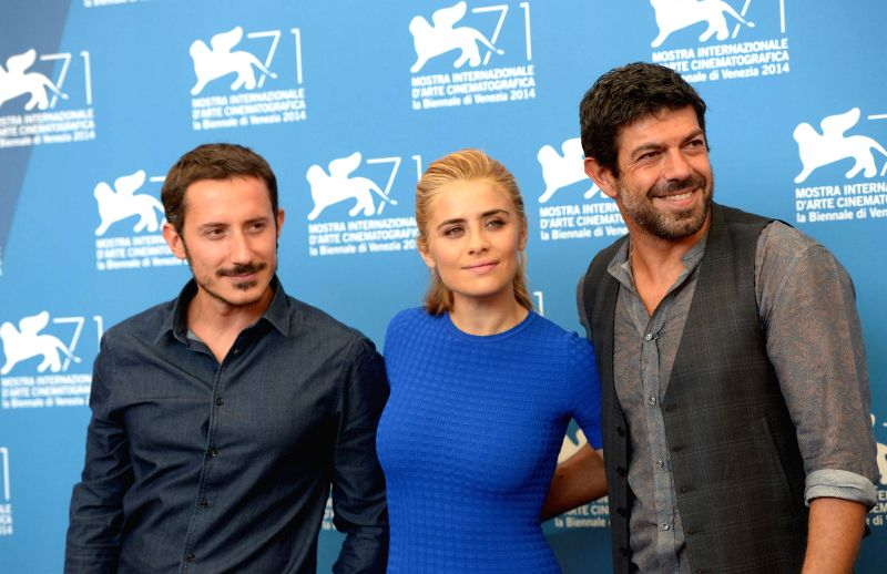 "Director Michele Alhaique, actress Greta Scarano and actor Pierfrancesco Favino (from L to R) pose during the photo call for ""Senza Nessuna Pieta"" during .. - Greta Scarano"