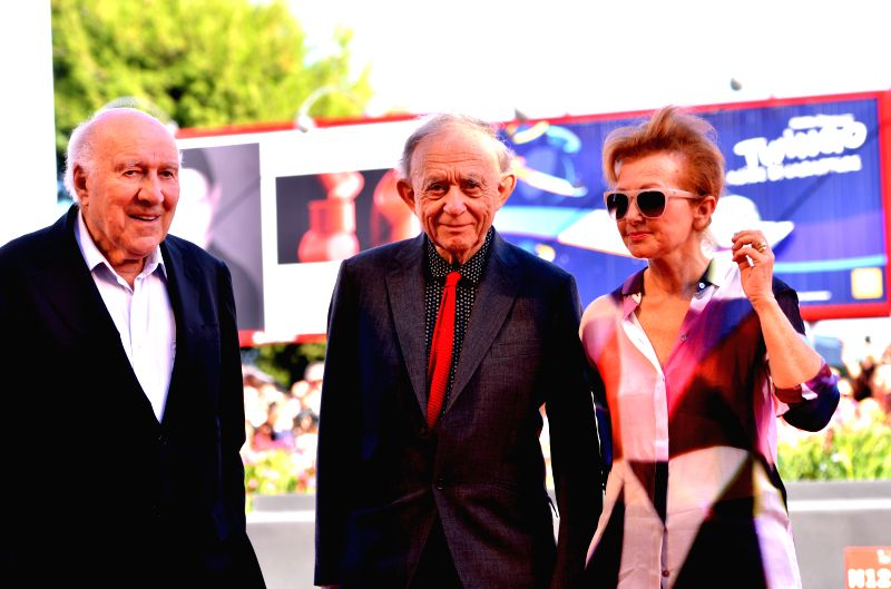 US director Frederick Wiseman (C) receives the Golden Lion for lifetime achievement during the 71th Venice Film Festival in Venice, Italy, on Aug. 29, 2014.