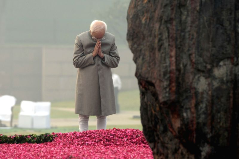 Vice President Hamid Ansari paying homage at the samadhi of former Prime Minister Indira Gandhi to commemorate her 31st death anniversary at Shakti Sthal, New Delhi on Oct. 31, 2015.