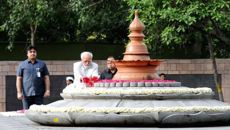 Vice President  M. Hamid Ansari paying floral tributes at the Samadhi of the former Prime Minister, late Rajiv Gandhi, on his 26th Anniversary of Martyrdom, at Vir Bhoomi, in New Delhi on ...