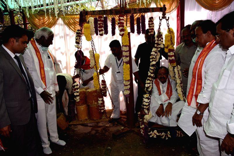 Vice President M Venkaiah Naidu offers jiggery to the goddesses at the Sammakka Saralamma festival in Medaram village, Telangana on Feb 2, 2018. - M Venkaiah Naidu