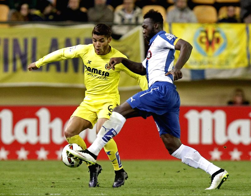 Espanyol's Felipe Caicedo (R) vies for the ball with Villarreal's Jonathan Dos Santos (L) during a La Liga game between Villarreal and Spanyol, at the Madrigal stadium, in Villarreal, ...