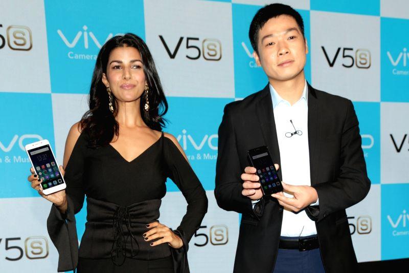 Vivo India CEO Kent Cheng with actress Nimrat Kaur during launch of Viv0's V5s in New Delhi, on April 27, 2017. - Nimrat Kaur