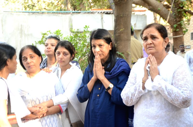 Vocalist Kishori Amonkar's Family members at the funeral of classical renowned Hindustani classical vocalist Kishori Amonkar in Mumbai on April 4, 2017.