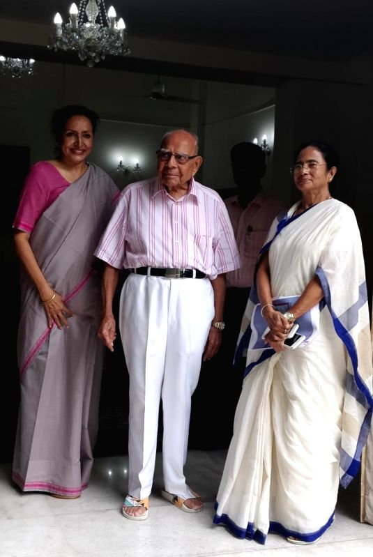 West Bengal Chief Minister and Trinamool Congress supremo Mamata Banerjee with veteran lawyer Ram Jethmalani at his residence in New Delhi on July 31, 2018. - Mamata Banerjee