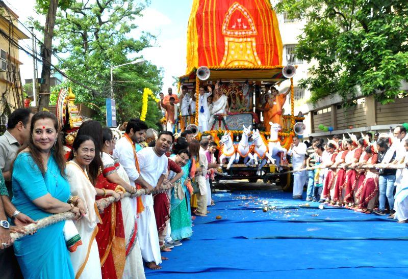 West Bengal Chief Minister Mamata Banerjee and actors Moon Moon Sen and Bhagyashree pull the chariot along with other devotees during Jagannath Rath Yatra at International Society for ... - Mamata Banerjee, Moon Moon Sen and Bhagyashree