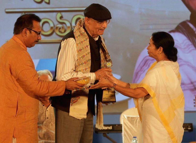 West Bengal Chief Minister Mamata Banerjeejee conferr Banga Samman award to industrialist YC Deveshwar during Banga Samman, West Bengal's highest civilian award ceremony in Kolkata on May ... - Mamata Banerjeejee