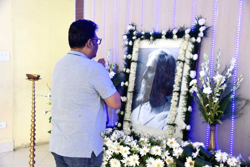 West Bengal Cultural Affairs Minister Indranil Sen pay tribute to Rabindra Nath Tagore on his death anniversary at Nabanna in Howrah on Aug 8, 2018. - Indranil Sen and Rabindra Nath Tagore
