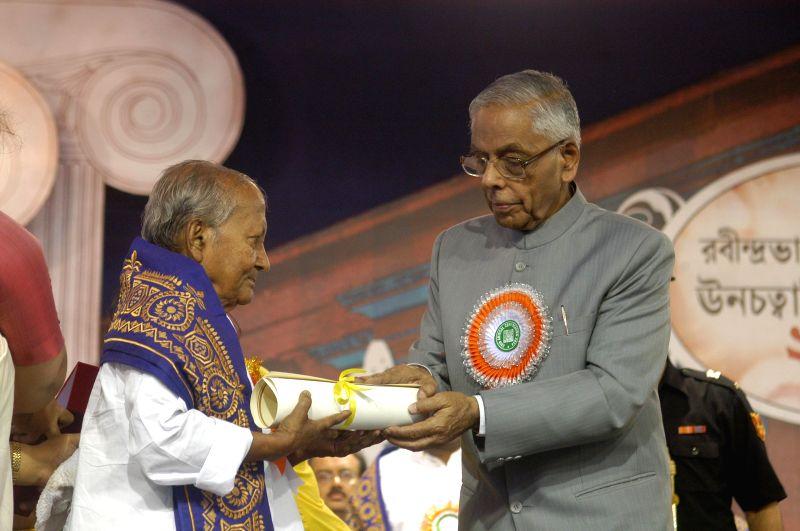 West Bengal Governor M K Narayanan during convocation of Rabindra Bharati University in Kolkata on  May 8, 2014.