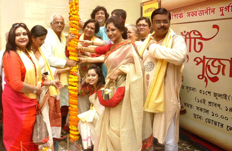"""West Bengal Power Minister Sovandeb Chatterjee, actresses Rimjhim Mitra, Sudeshna Jaya Shil and others participate in """"Khunti Puja"""" at Singhi Park in Kolkata on July 31, 2016. - Sovandeb Chatterjee, Rimjhim Mitra and Sudeshna Jaya Shil"""