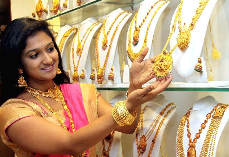"""Women buy gold on """"Akshaya Tritiya"""" in Bengaluru, on May 9, 2016."""
