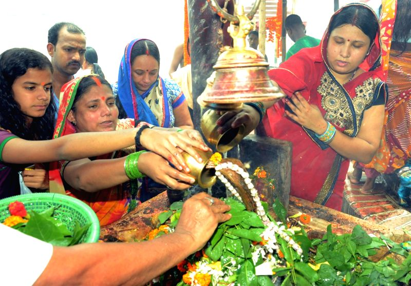 Women worship lord Shiva on the second Monday of Sawan -holy moth of Hindu calendar- in Patna, on Aug 1, 2016.