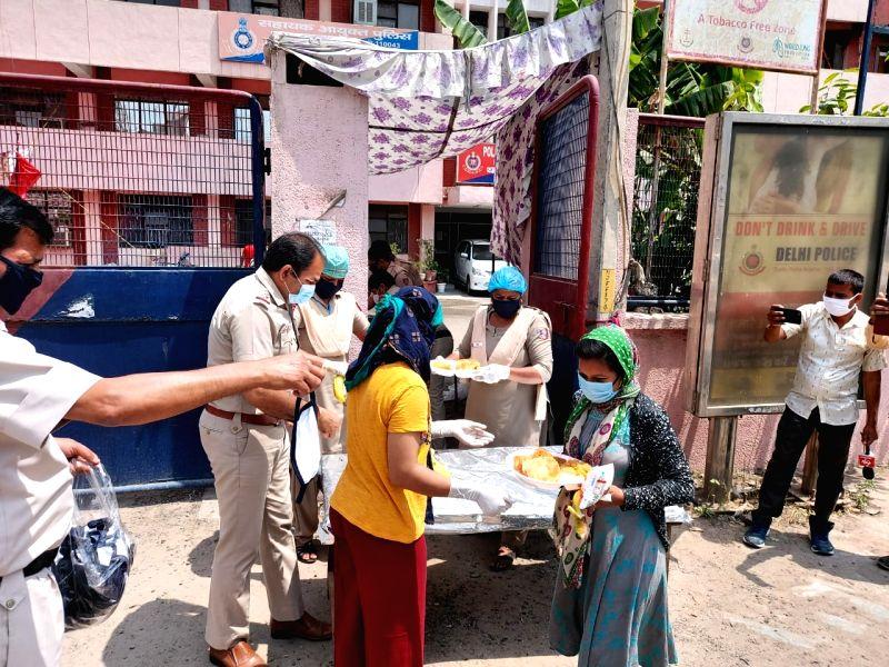 Wrestler and BJP leader Babita Phogat (in yellow top) cooking and distributing food among the needy during lokdown. (Photo: Sanjeev Kumar Singh Chauhan)