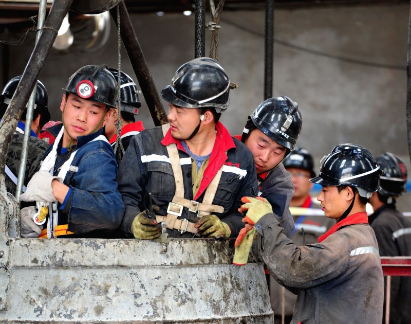 XI'Rescuers prepare to go into the Dahaize Coal Mine, owned by China National Coal Group Corp, in Yulin City of northwest China's Shaanxi Province, May 15, 2014. Rescuers