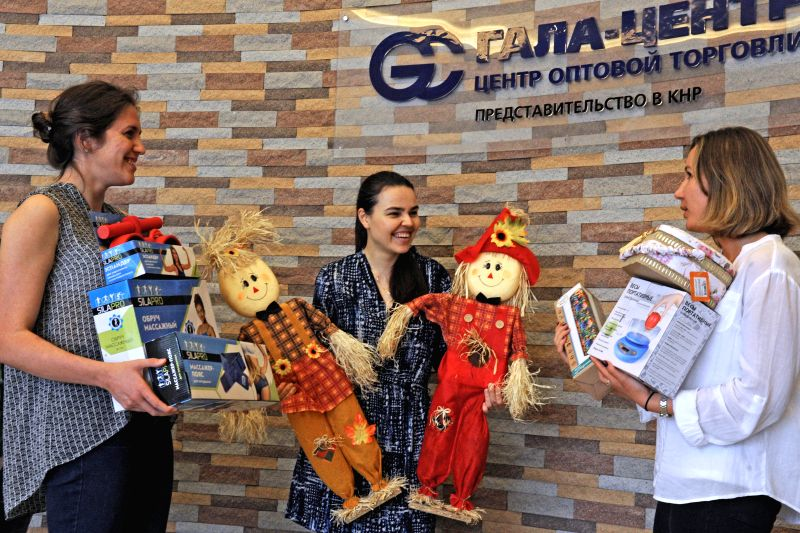 YIWU, May 8, 2017 - Volotova Zhanna (C), chief representative of a Russian company in Yiwu, discusses the wrapping way of commodities for Russian markets with her colleagues in Yiwu City, east ...