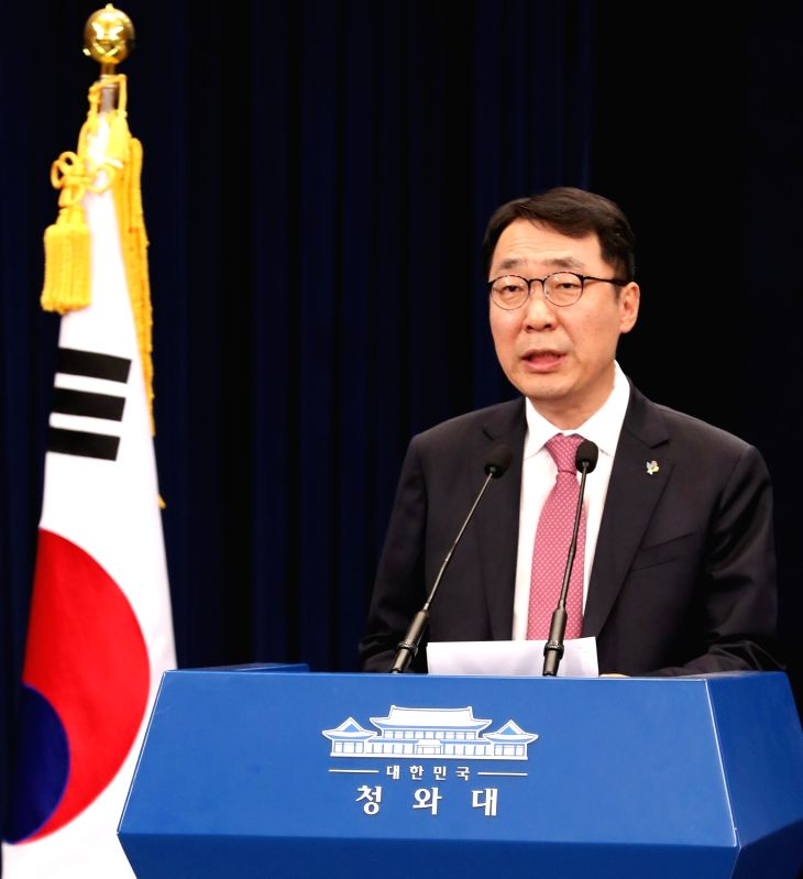 Yoon Young-chan, chief press secretary for President Moon Jae-in, briefs reporters on a probe into the defense ministry's intentional omission of reports to the president on the introduction ...