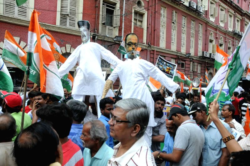 Youth Congress activists stage a demonstration to press for resignation of Kolkata Mayor Sovan Chatterjee in Kolkata on April 20, 2017. - Mayor Sovan Chatterjee