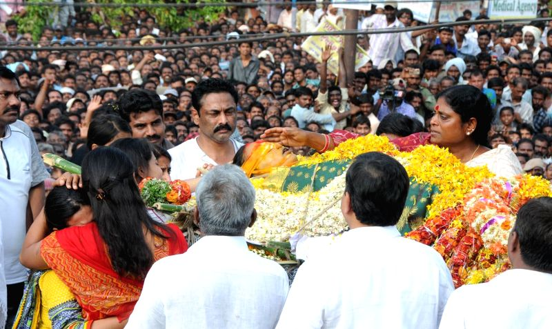 YSR Congress honorary president Y.S. Vijayalakshmi, YSR Congress president YS Jaganmohan Reddy and others during the cremation of YSR Congress leader Shobha Nagireddy who succumbed to the injuries ... - Jaganmohan Reddy