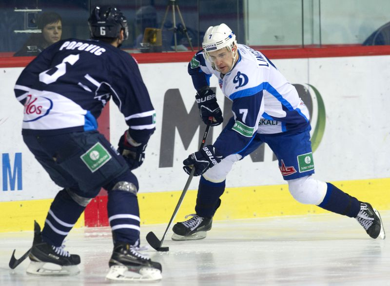 Charles Linglet of Dinamo Minsk (R) vies with Mark Popovic of Medvescak Zagreb during their match at Kontinental Hockey League (KHL) in Zagreb, capital of Croatia, ..