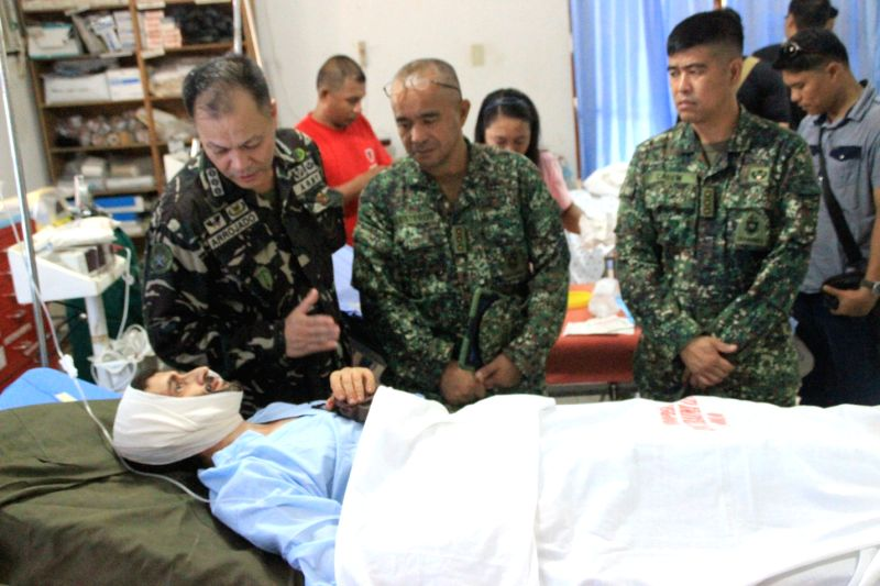 Rescued victim Lorenzo Vinceguerre talks to Philippine officials in Sulu, the Philippines, Dec. 6, 2014. Philippine government troops rescued a Swiss national from the Abu Sayyaf militants