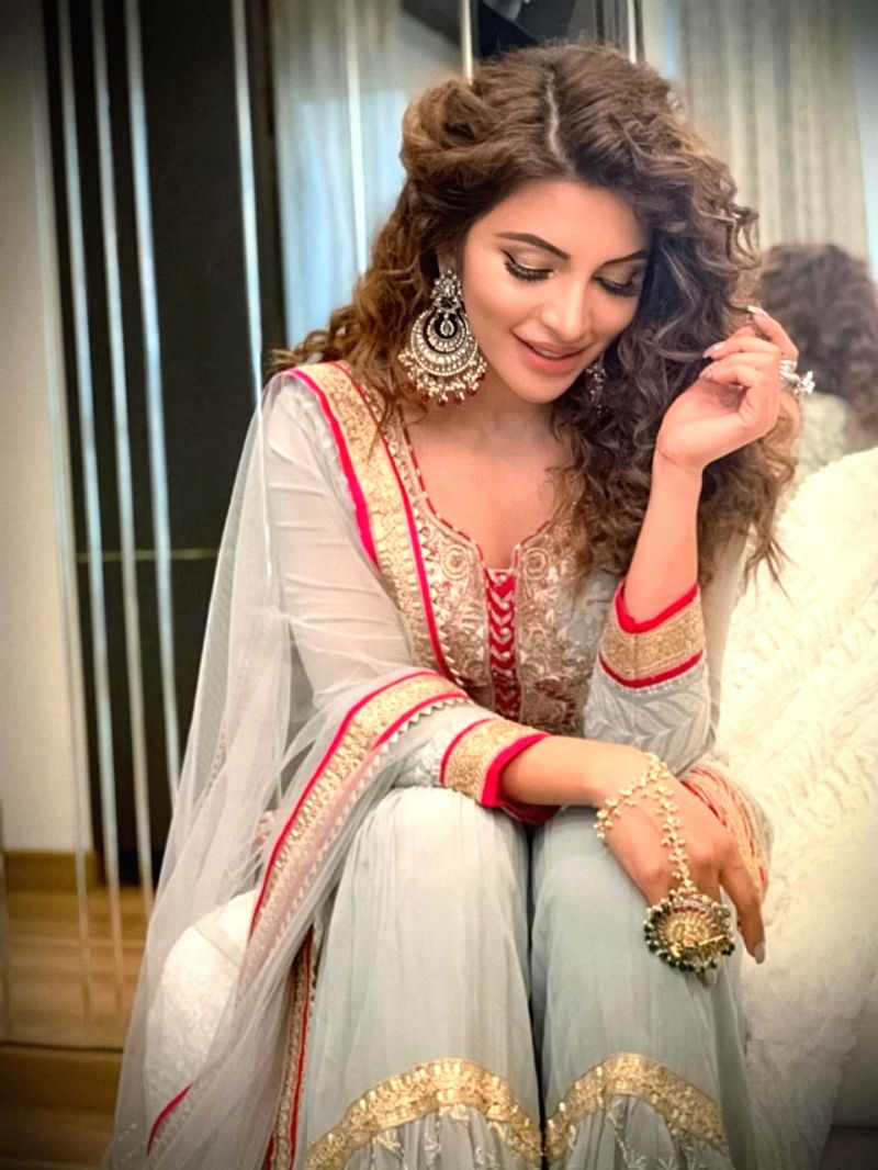 Shama Sikander donates money to the needy on Eid.