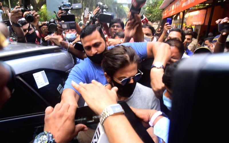 : Mumbai: Shah Rukh Khan Arrive at Arthur Road Jail To Meet His Son Aryan Khan