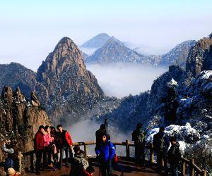 CHINA ANHUI HUANGSHAN MOUNTAIN SCENERY