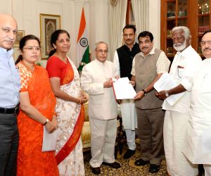 BJP delegation calls on President Mukherjee