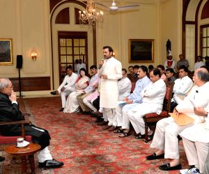 Congress delegation from Gujarat meets President Mukherjee