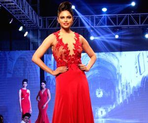 Archana Kochhar's show- Zarine Khan, Sangeeta Bijlani