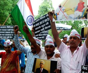 Aam Aadmi Sena demonstrates in support of Vaidik