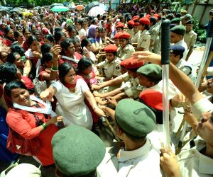 Aanganwadi workers clash with police