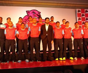 Abhishek introduces Jaipur Pink Panthers Kabaddi team players
