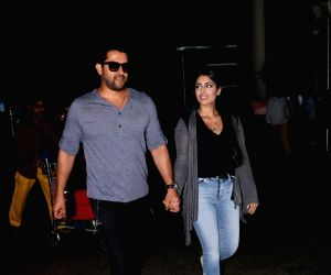 Aftab Shivdasani and his wife spotted at airport