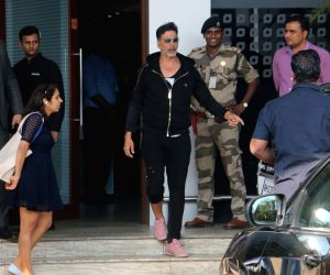 Akshay and Twinkle Seen at Mumbai's airport