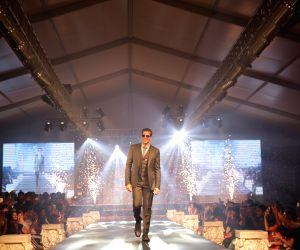 Akshay Kumar walks the ramp for Ramesh Dembla
